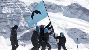 Activistas de Greenpeace levantan una bandera en el glaciar de Olivares, en Chile.