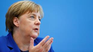 Angela Merkel em Berlin, 28 de julho, rejeita críticas à sua política de imigração criticada pelos alemães