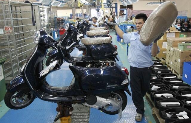 Dây chuyền sản xuất tại một xí nghiệp xe máy Piaggio tại Vĩnh Phúc, 11/06/2011.Tăng trưởng của Việt Nam phần lớn là nhờ các doanh nghiệp có vốn đầu tư nước ngoài.