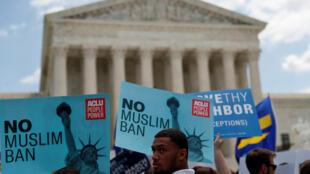 Opositores ao decreto migratório Travel Ban manifestaram ontem frente ao Supremo Tribunal