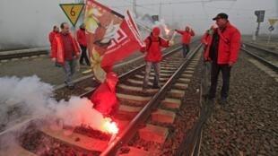 Trabajadores belgas bloquean una vía férrea en Bruselas, en el contexto de la huelga europea del 14 de noviembre de 2012.