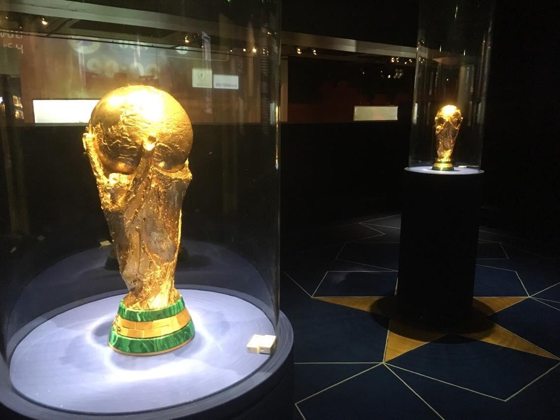 На выставке впервые вместе представлены оба чемпионских трофея мундиалей 1998 и 2018 годов