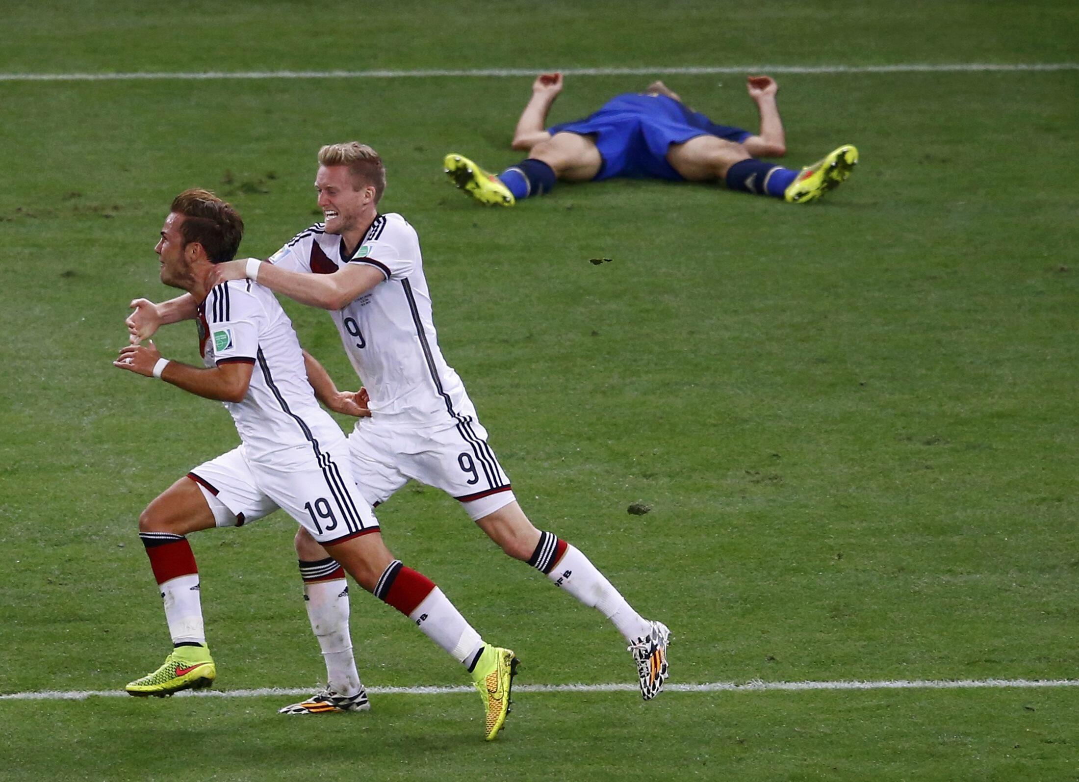 Les jeunes allemands Mario Götze (à gauche) et André Schürrle ont fait craquer des Argentins à terre.