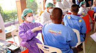 Personal sanitario vacuna a los presos de la cárcel de Minburi Remand en Bangkok. Más de 22.000 presos han dado positivo al coronavirus en las hacinadas cárceles tailandesas