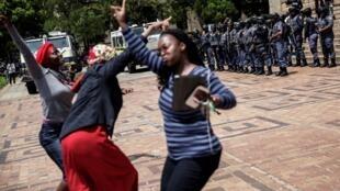 Des étudiants, des militants et du personnel chantent et dansent pendant que les étudiants de l'Université de Witwatersrand manifestent pour l'enseignement supérieur gratuit, le 20 octobre 2016, à Johannesburg.