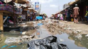 Dans le marché HLM, en plein cœur de Dakar, les ordures jonchent les rues. Dakar, le 20 août 2019.