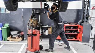 Un mecánico trabaja en un taller de automóviles en medio de la pandemia de coronavirus en Medellín, Colombia, el 27 de mayo de 2020