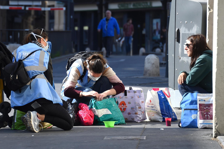 Une femme sans-abri reçoit l'aide d'une association d'aide aux sans domicile fixe à Montpellier (France), le 18 mars 2020.