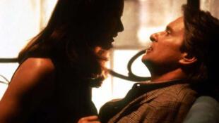 Cena do filme Assédio Sexual (1994), dirigido por Barry Levinson, com Demi Moore e Michael Douglas.