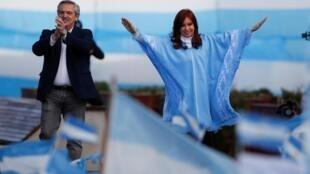 Le péroniste Alberto Fernandez et sa colistière, l'ancienne présidente Cristina Kirchner, sont donnés largement favori de l'élection présidentielle de ce dimanche 27 octobre 2019.