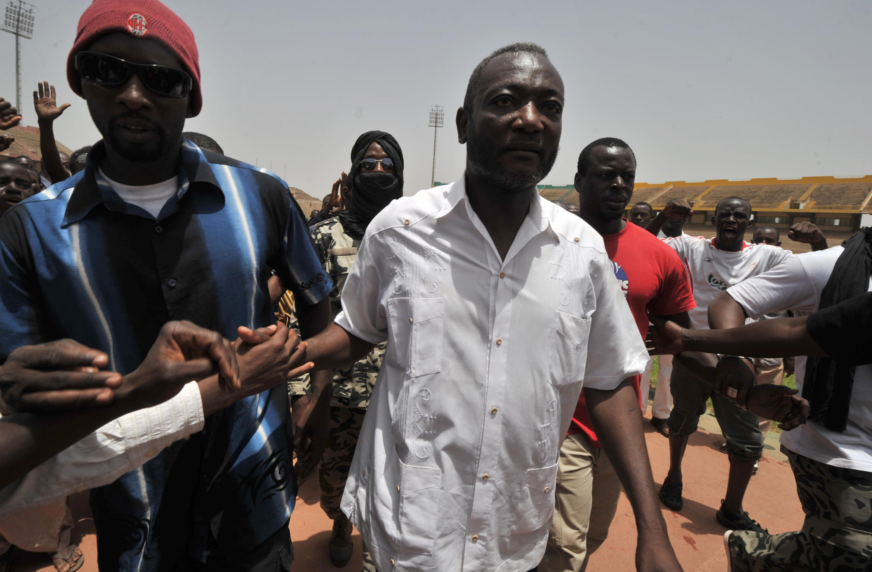Oumar Mariko, ex-leader des supporters de la junte en 2012 à Bamako (D).