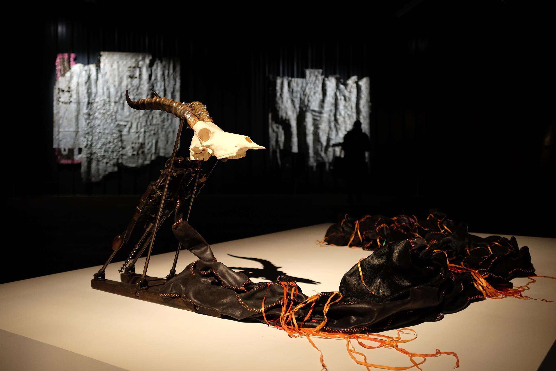 Nicholas Hlobo : « Waxhotyiswa engekakhawulwa » (2017), sculpture, 260 x 140 x 100 cm, dans l'exposition « Afriques Capitales. Vers le Cap de Bonne-Espérance ».