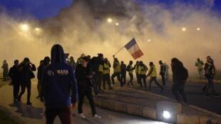 Coletes amarelos protestam na França