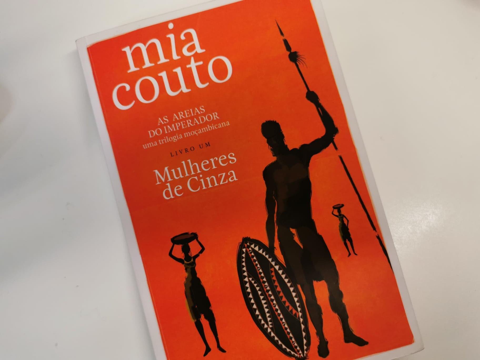 "O primeiro volume de ""As areias do Imperador"", intitulado ""Mulheres de Cinza"", do autor moçambicano Mia Couto"