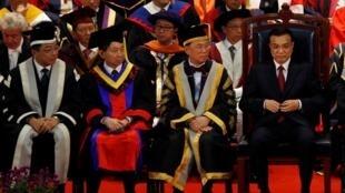 中国国务院副总理李克强(右)香港特区行政长官曾荫权(右二)和香港大学校长徐立之(前排左一)2011年8月18日香港大学百周年纪念仪式。