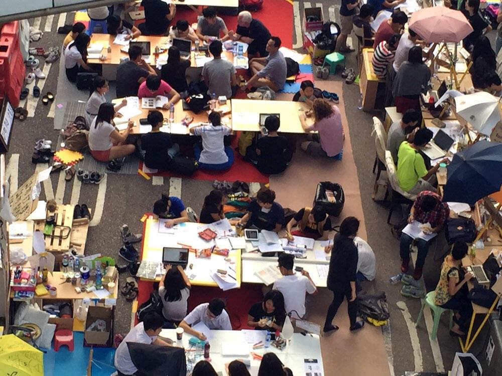 Dever de casa em dia. Estudantes reconstroem sala de aula em plena ocupação em frente à sede do governo, em Admiralty, Hong Kong.
