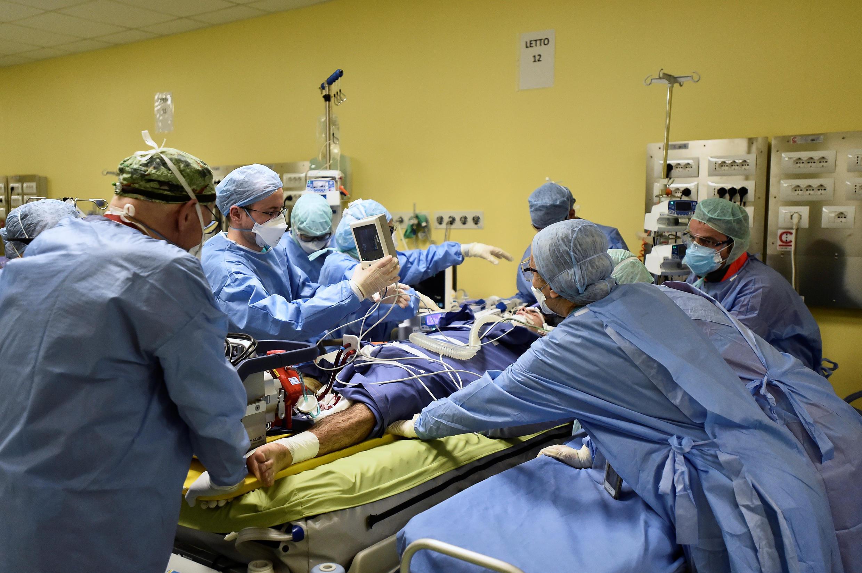 Các nhân viên y tế đang chăm sóc một bệnh nhân bị nhiễm virus corona., tại phòng hồi sức tích cực, bệnh viện Raffaele, Milan, Ý, ngày 27/03/2020