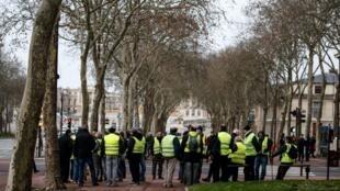 """В субботу, 22 декабря, """"на Версаль!"""" отправились лишь несколько десятков """"желтых жилетов"""""""