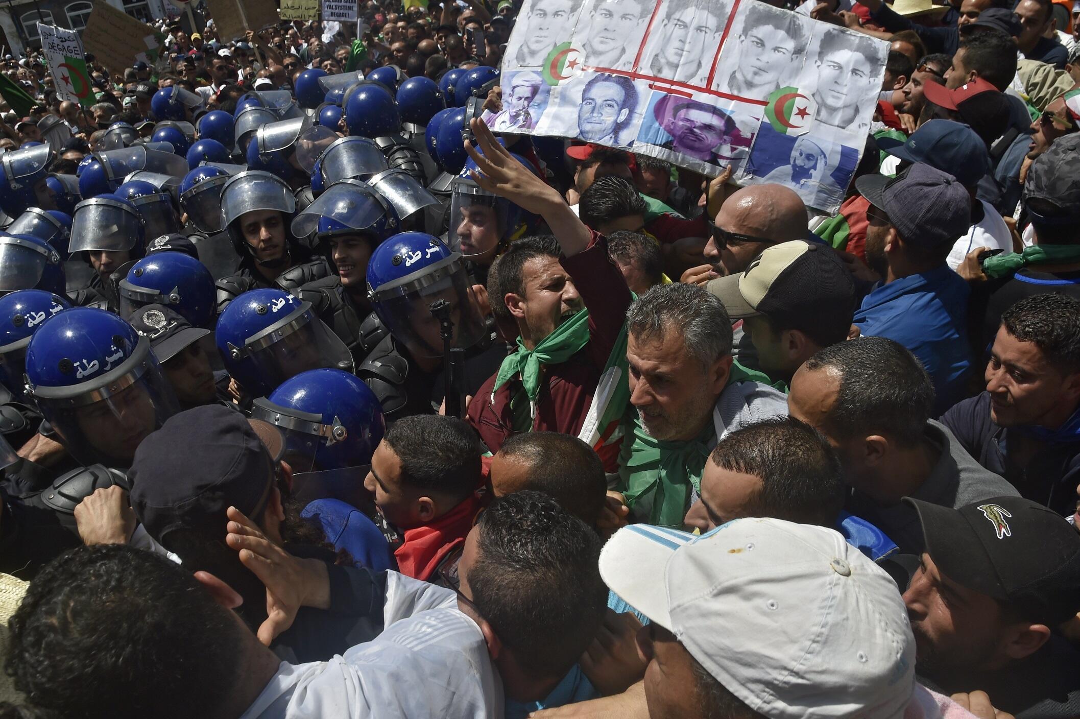 Bousculade entre forces de l'ordre et manifestants à Alger, Algérie, le 17 mai 2019.