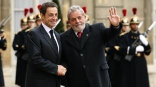 Le président français Nicolas Sarkozy accueille son homologue brésilien Lula da Silva au palais de l'Elysée, le 14 novembre 2009.