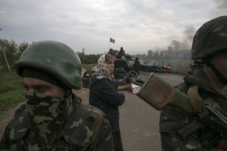 Soldats ukrainiens positionnés à un check-point des rebelles , au sud de la ville. Les blindés sont présents.