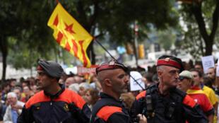 Cảnh sát vùng Catalunya giám sát người biểu tình ủng hộ độc lập cho Catalunya tại Barcelona ngày 22/09/2017.