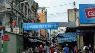Khẩu hiệu cổ vũ cho chủ quyền biển đảo của Việt Nam treo tại cổng chợ Đakao, quận 1, Thành phố Hồ Chí Minh.