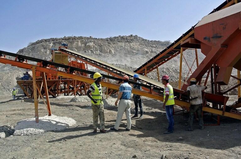 Empleados etíopes y chinos en la construcción de un ferrocarril en Dire Dawa, al noreste de Etiopía, 27 de febrero de 2013.