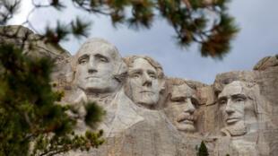 美國總統山 Las cabezas de los expresidente estadounidenses George Washington, Thomas Jefferson, Theodore Roosevelt y Abraham Lincoln (de I a D) esculpidas en el grnito del Mont Rushmore, el 23 de abril de 2020 en Dakota del Sur