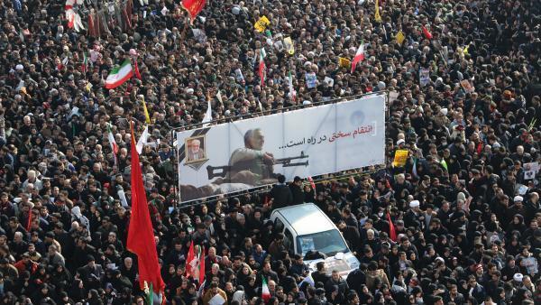 Aux cris de «Mort à l'Amérique», une marée humaine en deuil a rendu un vibrant hommage à Téhéran au général Qassem Soleimani, commandant le plus populaire d'Iran, appelant à le venger après son assassinat dans un raid américain le 3 janvier 2020 à Bagdad.