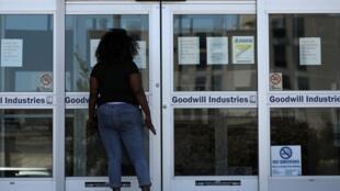 Entre février et avril, 17,8% des travailleurs noirs américains, soit une personne sur six, ont perdu son emploi. Ici devant le bureau du développement de la main d'œuvre à la Nouvelle-Orléans.