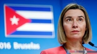 O chefe de política externa da UE, Federica Mogherini, diante da bandeira de Cuba, em Bruxelas, em dezembro de 2016.