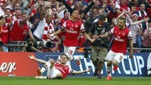 Wachezaji wa Arsenal wakisherehekea bao la ushindi katika fainali ya Kombe la FA mwaka 2014.