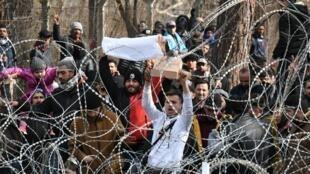 Au point de passage de Pazarkule, des milliers de personnes continuent d'affluer, le 2 mars 2020.