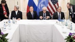 Sakataren harakokin Wajen Amurka John Kerry da Sakataren Majalisar dinkin Duniya Ban K-moon da Lakhdar Brahimi da Ministan harakokin wajen Rasha Sergey Lavrov  a zaman taron sasanta rikicin Syria a Geneva