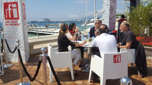 Edouard Waintrop, Charles Tesson et Stefano Savona autour d'Elisabeth Lequeret et Sophie Torlotin à Cannes en mai 2018.