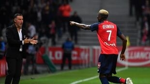 Le Nigérian Victor Osimhen court vers son entraîneur à Lille Christophe Galtier après son but face à Strasbourg. Le 25 septembre 2019.