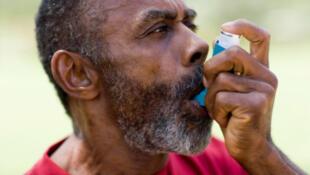 Les crises asthmatiques peuvent être produites par trop d'exercice physique, des allergies ou l'humidité du climat.