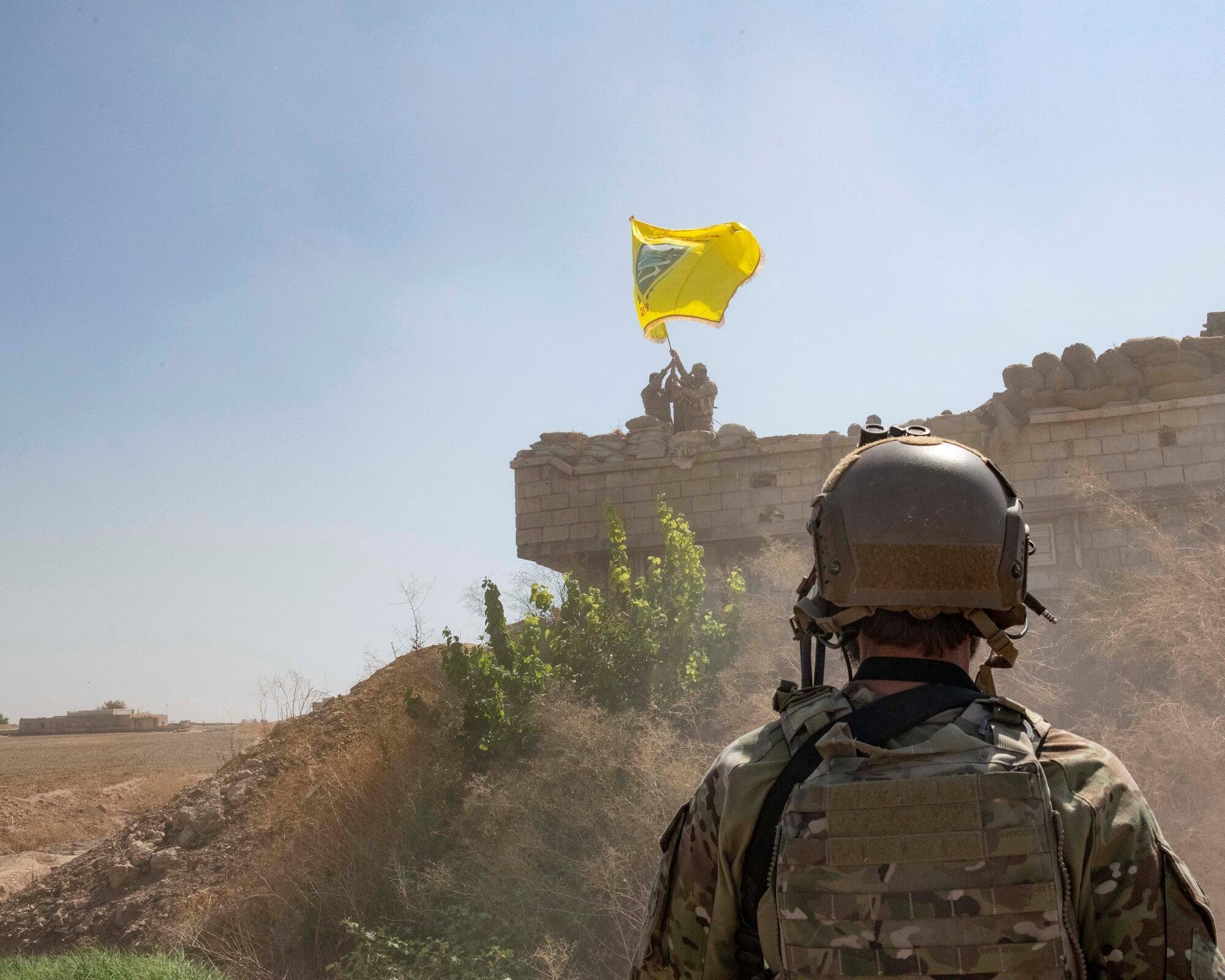 Un soldat américain supervise des membres des Forces démocratiques syriennes à Tal Abyad, le 21 septembre 2019.