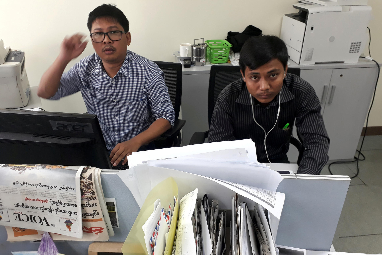 Hai phóng viên Reuters, Wa Lone (T) và Kyaw Soe Oo, tại văn phòng Reuters ở Rangun, ngày 11/12/2017.