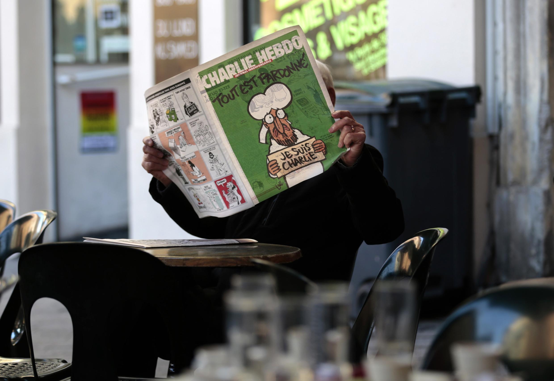 Un lecteur du dernier Charlie Hebdo photographié dans un café à Nice, le 14 janvier 2015.