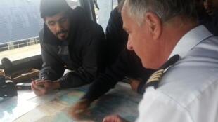 Un élève officier qatarien à l'écoute du commandant de l'«Almak».