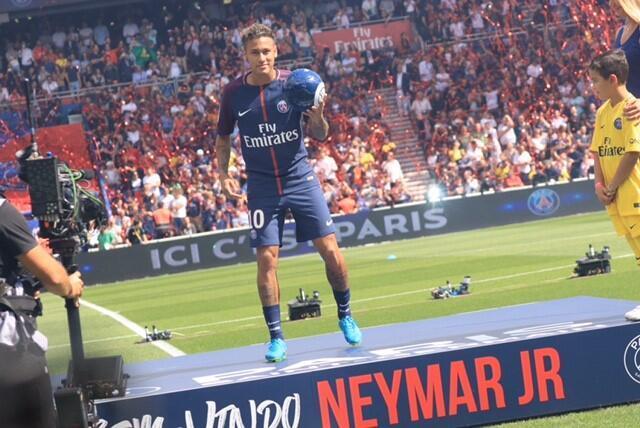 Neymar foi apresentado aos torcedores no Parc des Princes, em 5 de agosto de 2017.
