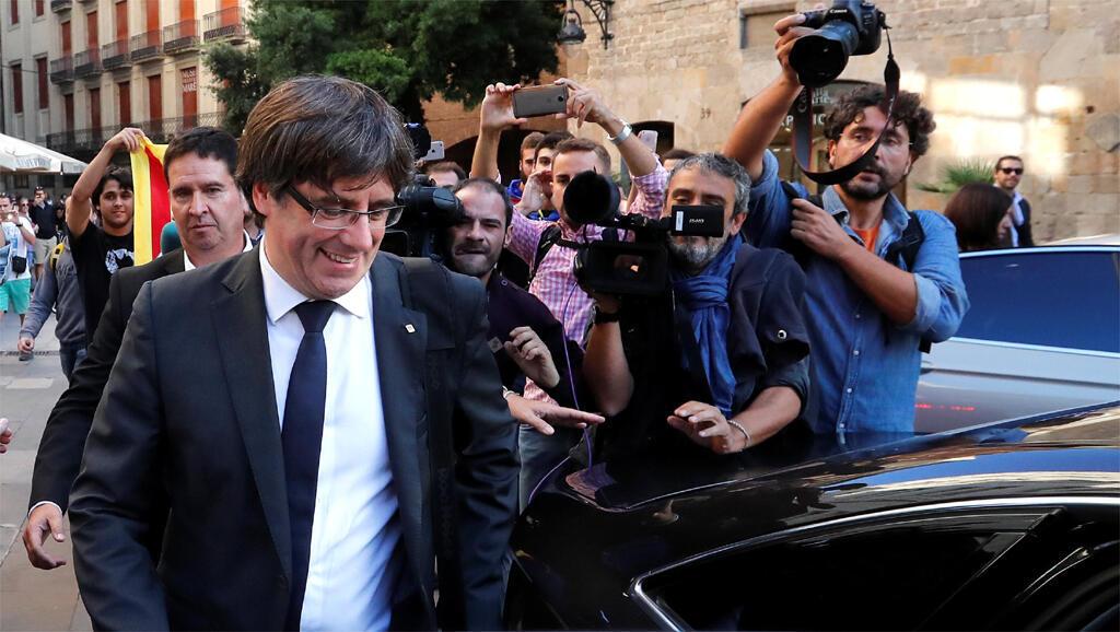 A gauche, Carles Puigdemont, président de l'Autorité catalane à Barcelone, le 26 octobre 2017.