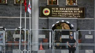 Cảnh sát chống bạo loạn đứng gác ngày 11/09/2016 trước tòa thị chính thành phố Sur, tỉnh Diyarbakir (Thổ Nhĩ Kỳ), sau khi có quyết định cách chức thị trưởng tại đây.
