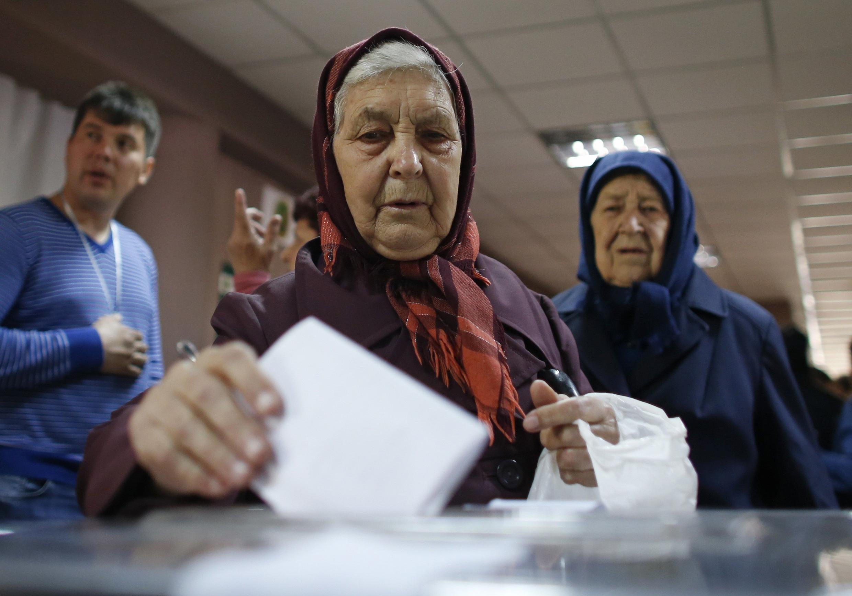 Eleitores votam em Mariopol, neste domingo 11 de maio de 2014.