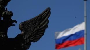 Российский флаг приспущен в Санкт-Петербурге в День национального траура по погибшим в авиакатасрофе под Смоленском. 12 апреля 2010.