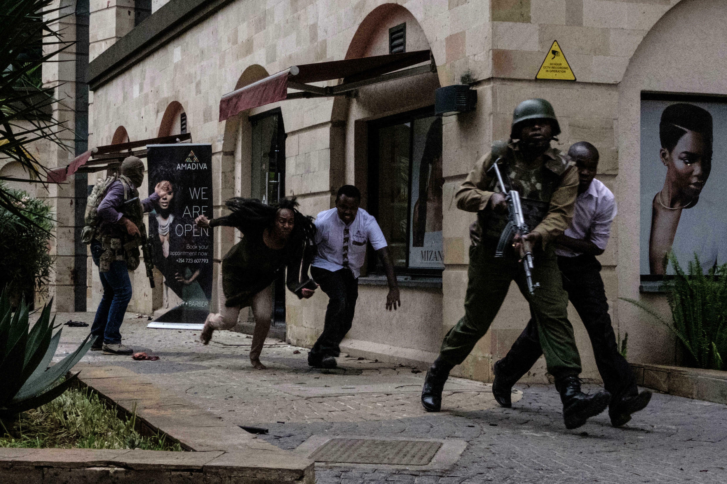 Kenyan security forces help people to escape after bomb blast at dusitD2 hotel in Nairobi on 15 January 2019.