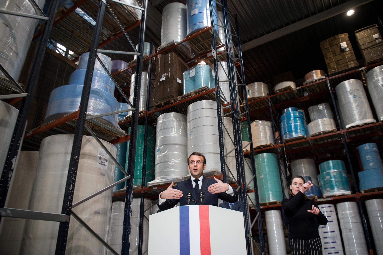 «Почему нет (обязательного) ношения масок во Франции? Только потому что у нас не хватает масок», — говорят представители оппозиции. На фото: президент Макрон на фабрике в Сен-Бартелеми- д'Анжу.