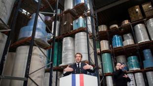 Tổng thống Pháp Emmanuel Macron thăm nhà máy sản xuất khẩu trang Kolmi-Hopen tại Saint-Barthelemy-d'Anjou gần Angers (Pháp) ngày 31/03/2020.